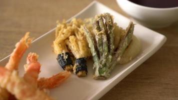 tempura de camarão ou camarão frito empanado com vegetais fritos video