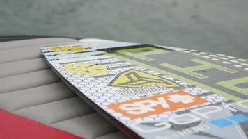 un uomo getta il suo wakeboard sulla sua barca. - solo uso editoriale video