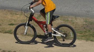 un garçon fait du vélo de montagne. video