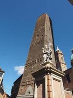 estatua de san petronio en bolonia foto