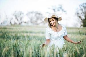 mujer en el sombrero felicidad en la naturaleza foto