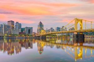 Panorama del centro de la ciudad de Pittsburgh en penumbra foto