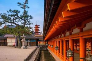 santuario de itsukushima en miyajima foto