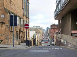 típica calle empinada en glasgow foto