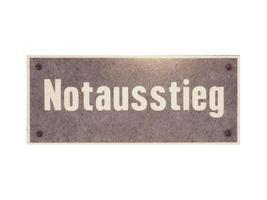 signo alemán aislado sobre blanco. salida de emergencia notausstieg foto