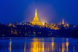 pagoda shwedagon al atardecer, gran pagoda dagon en yangon myanmar foto