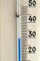 termómetro aislado sobre blanco foto