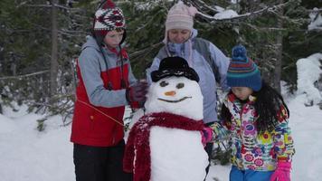 retrato de mãe e filhos com boneco de neve video