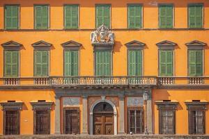 Decoración de fachada en el horizonte del centro de la ciudad de Pisa, Italia foto