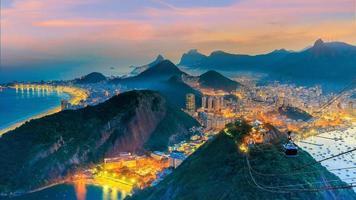 vista nocturna de la playa de copacabana, urca y botafogo en río de janeiro foto
