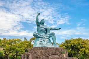 Estatua de la paz en el parque de la paz de Nagasaki en Japón foto