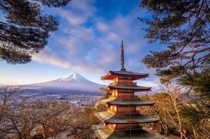 pagoda roja con el monte fuji en el fondo, fujiyoshida, japón foto