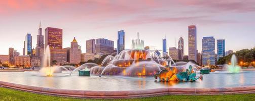 panorama del horizonte de chicago con rascacielos al atardecer foto