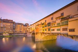 Ponte Vecchio sobre el río Arno en Florencia. foto