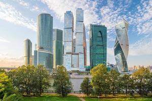 modernos rascacielos del horizonte de la ciudad de moscú foto