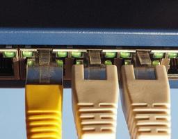 interruptor de módem enrutador con puertos de enchufe ethernet rj45 foto
