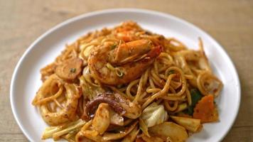 espaguetis salteados con mariscos tom yum video
