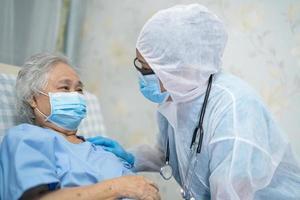 médico asiático con traje de ppe protege el coronavirus covid-19 foto