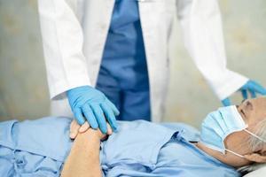 Doctor revisando al paciente con máscara para proteger el coronavirus. foto