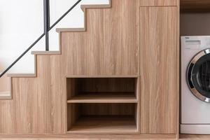 armario de almacenamiento debajo de escaleras de madera foto