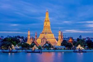 templo de arun worawihan ubicado en el río chao phraya, tailandia. foto