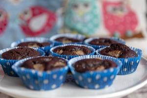 Cerca de cupcakes de chocolate artesanales en plato blanco. foto
