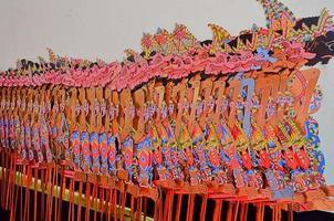 varios personajes de marionetas de sombras o wayang kulit. foto