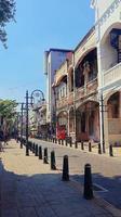 Hermosa vista del pintoresco callejón estrecho con el casco histórico de la ciudad foto