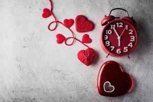 Despertador rojo con corazón rojo, concepto de día de San Valentín foto