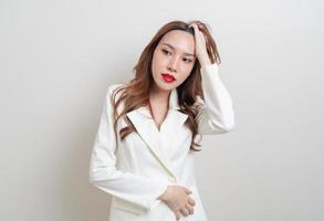 Retrato hermosa mujer asiática enojada, estrés, preocupación o quejarse sobre fondo blanco. foto