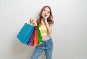 retrato, hermoso, mujer asiática, tenencia, bolsa de compras, blanco, plano de fondo foto
