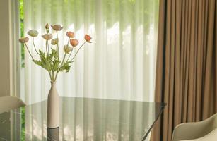 flor de amapola, en, florero, decoración, en, mesa de comedor foto