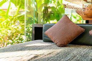 Cómoda decoración de almohadas en el sofá en la zona de relajación. foto