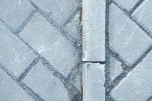 patrón de pavimento hecho de bloques rectangulares de ladrillos de piedra gris foto