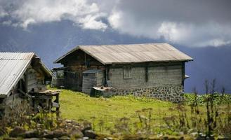 Turquía, rize, meseta de sal, antigua casa de madera en las tierras altas foto