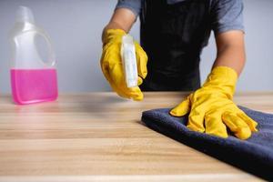 primer plano, de, limpieza, hombre, trabajando, en, tienda, limpio, en, tabla de madera foto