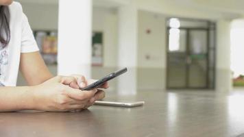 mensaje de texto de mujer en el teléfono móvil para redes sociales. video