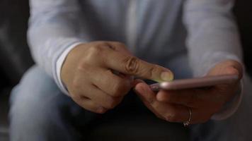 Cerrar las manos de la mujer mediante teléfonos móviles inteligentes para redes sociales. video