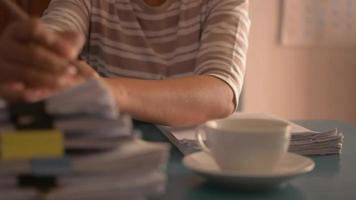 professora examinando o teste do aluno e bebendo café quente. video