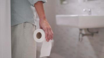 los hombres tienen contracciones y dolor de estómago. concepto de diarrea video
