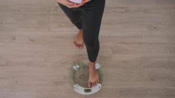 mujer embarazada está pesando video