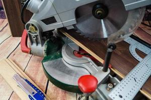 herramientas para colocar laminado de madera o parquet en el suelo foto
