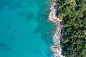 Increíble vista aérea del mar de arriba hacia abajo orilla del mar fondo de la naturaleza foto