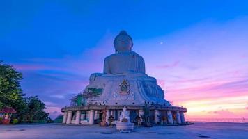 hermosa puesta de sol sobre la gran estatua de buda foto