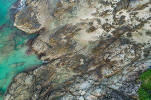 vista aérea de arriba hacia abajo de la orilla del mar foto