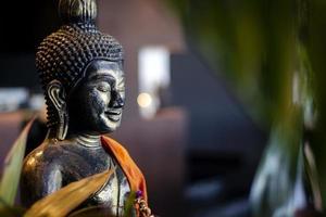 Estatua de Buda en el jardín interior en el bar tropical en Bangkok, Tailandia foto