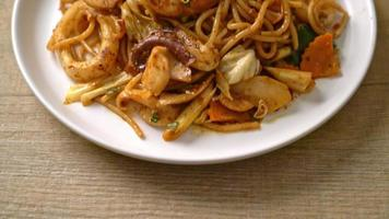 espaguetis tom yum salteados con mariscos video