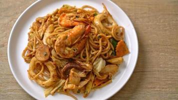 espaguetis tom yum fritos con mariscos video