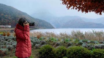 fotógrafo profesional de la naturaleza tomando fotos