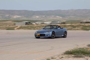 coches en la pista de carreras y en las carreteras del desierto foto